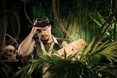 审查地图的失去的探险家 图库摄影