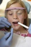 审查女孩的牙的牙医 库存图片