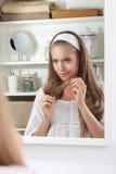 审查她的干毛发的秀丽生气妇女 免版税库存图片