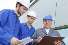 审查建造场所的学生工程师户外 免版税库存照片