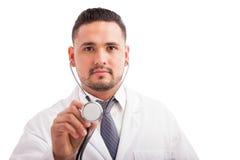 审查患者的男性医生 库存照片