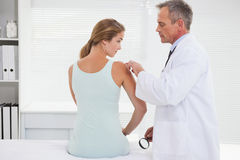 审查患者肩膀的医生 免版税图库摄影