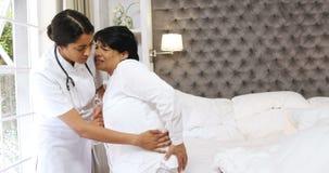 审查成熟妇女的女性医生在卧室4k 影视素材