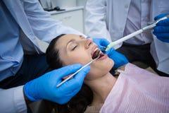 审查有工具的牙医一名女性患者 库存图片