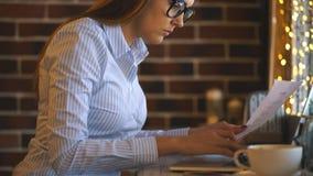 审查本文和键入在膝上型计算机的年轻女实业家 股票视频