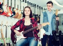 审查电吉他的好男孩和女孩少年 库存图片