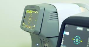 审查眼珠的现代自动化的机器 滑特写镜头的专业医疗设备 股票录像
