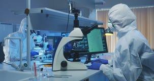 审查细菌的科学家在实验室 股票视频