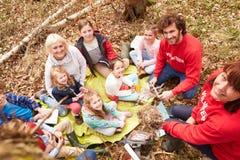 审查鸟的巢的成人和孩子在活动中心 库存图片
