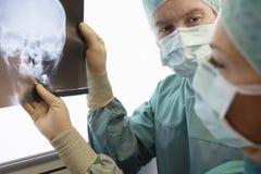 审查头骨的X-射线放射学家 图库摄影