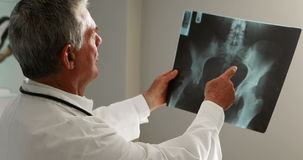 审查X-射线的男性医生 股票视频