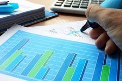 审计员是在下面划线的财务数据 库存图片