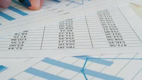审计员检查报告和纸与企业图表在办公室 股票录像