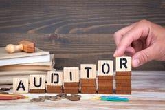 审计员概念 在办公桌,情报和通信背景的木信件 库存图片