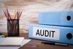 审计,在木书桌上的办公室黏合剂 在桌上色的铅笔 免版税库存图片