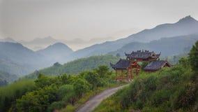 审阅一个中国式门的乡下公路 免版税库存图片