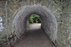 审阅一个石隧道的石渣小径 库存照片