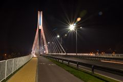 审阅一座缆绳被停留的桥梁的高速公路 库存照片