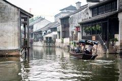 审阅一种渠道的小船在中国村庄 免版税图库摄影