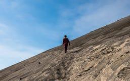 审阅向前沙漠的孤独的人 免版税库存图片