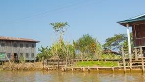 审阅在小船水的村庄 库存照片