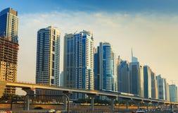 审阅有现代摩天大楼的迪拜小游艇船坞的地铁线,迪拜,阿联酋 免版税库存照片