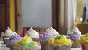审阅杯形蛋糕的移动式摄影车运动 股票视频