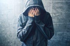 审阅瘾危机的绝望的吸毒者 库存图片