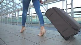 审阅终端大厅的女商人的腿有她的行李的 高跟鞋跨步和卷手提箱的女孩  股票视频