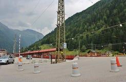 审阅Tauern铁路隧道的汽车 免版税图库摄影