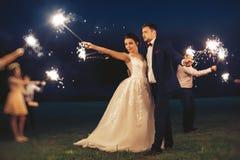 客人和新娘和新郎在晚上婚礼ceremo期间 免版税库存图片