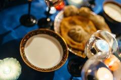 客人和baozi饺子的牛奶 库存图片
