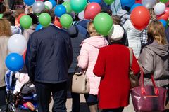 客人在儿童` s创造性附近城市宫殿的星期天节日  皇族释放例证