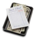 客人检查盘子和金钱 库存图片