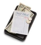 客人检查盘子和金钱 免版税库存图片