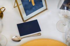 客人的名字的卡片在婚礼桌上 库存照片