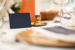 客人的名字的卡片在婚礼桌上 免版税库存图片
