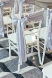 客人的婚礼白色位子有织品丝带的在曼谷,泰国 免版税图库摄影