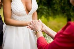 客人祝贺给新娘 免版税库存图片
