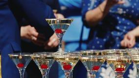 客人`手采取玻璃用起泡的酒在党 玻璃在金字塔被修造 没有可认识 股票录像