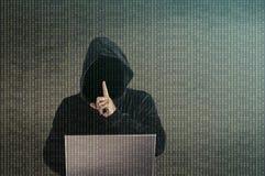 黑客做保持安静姿态 免版税库存照片