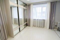 客厅内部有窗口和镜子衣橱的 免版税库存照片