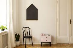 客厅内部的真正的照片,在墙壁上的黑板 免版税库存照片