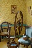 客厅和古色古香的手纺车 免版税库存照片