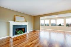 客厅在有壁炉的一个新的空的房子里。 免版税库存图片
