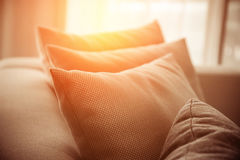 客厅当代内部有一部分的在晴朗的沙发 库存照片