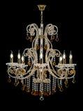 客厅的内部的枝形吊灯 用水晶装饰的在黑背景隔绝的枝形吊灯和琥珀 免版税库存照片