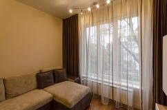 客厅的片段新鲜的被更新的公寓的与现代LED照明设备 免版税库存照片