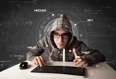 年轻黑客在乱砍个人informati的未来派环境里 库存照片