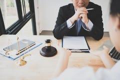 客户和律师开谈论一次坐下来的面对面会谈法律 免版税库存照片